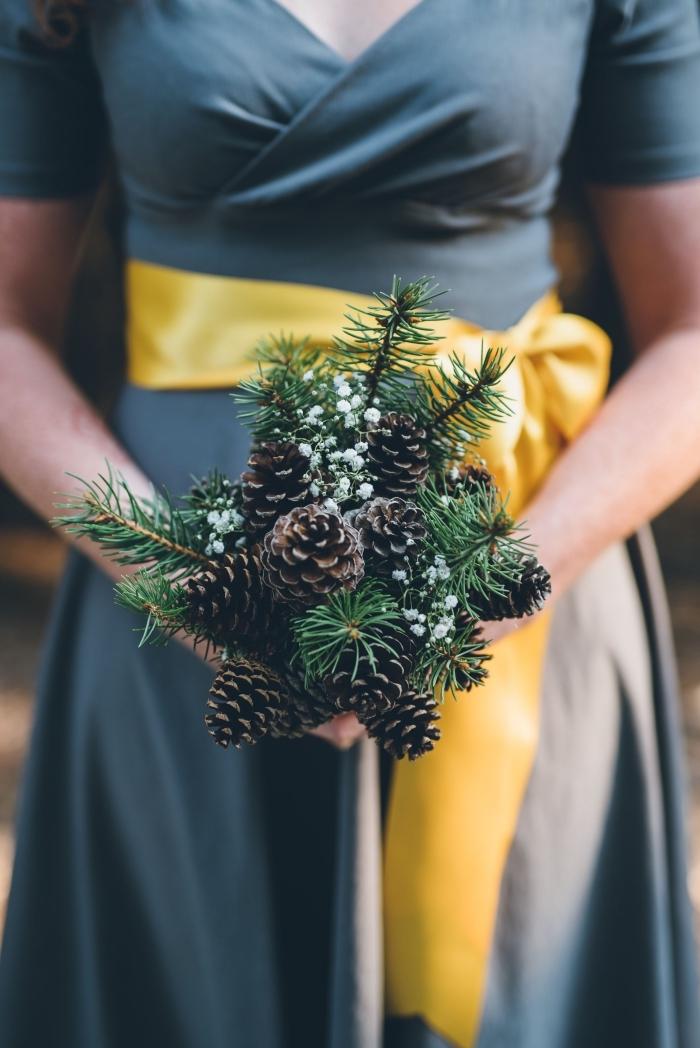 bricolage pomme de pin, idée comment faire un joli bouquet original avec branches de sapin et pommes de pin,