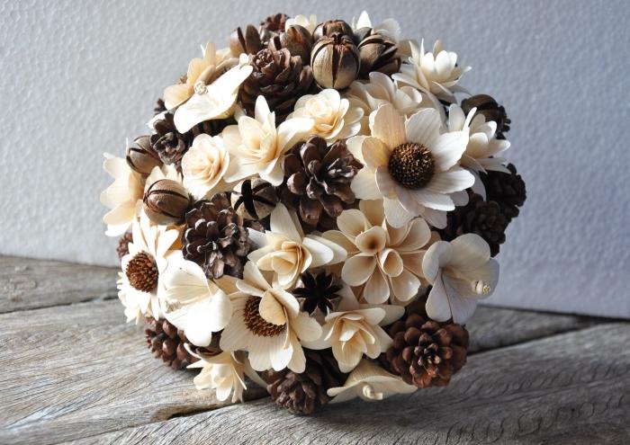 exemple de bouquet fait main avec fleurs artificielles et pommes de pin, idée que peut on faire avec des pommes de pin