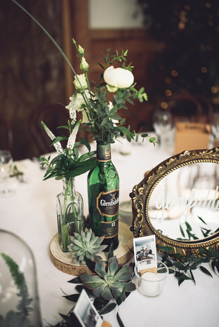 bouteille de bièren rondins de bois, succulents, miroir ovale à l'encadrement ancien, deco table mariage champetre