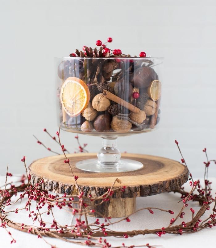 pomme de pin deco à faire dans un récipient en verre rempli de fruits saisonières et de noix, objet déco diy automne