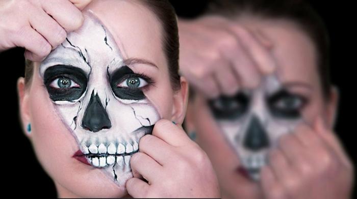 maquillage halloween squelette, visage partiellement peint crâne en noir et blanc