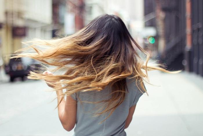 coloration tie and dye blond foncé sur cheveux longs bruns détachés femme