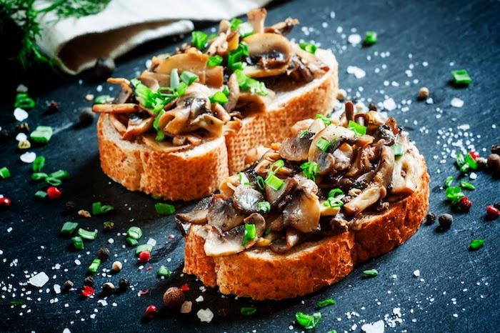 crostini recette italienne, bruschetta aux champignons et herbes fraiches à servir lors d une soirée entre amis