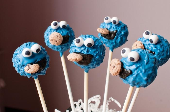 recette de cake pops d'halloween décorés façon petits monstres de cookies parfaits pour le buffet sucré d'halloween