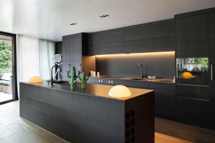 modèle de cuisine foncée au plafond blanc avec meubles en gris anthracite, exemple de cuisine ouverte avec ilot