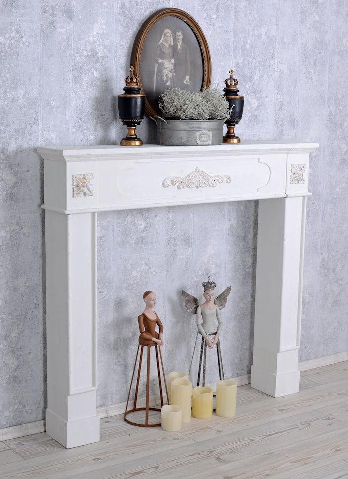 décoration vintage pour salon avec cadre de cheminée comme support bibelots rétro cadre photo de famille et urnes