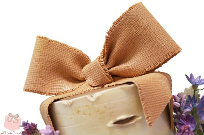 gateau de mariage, ruban de toile de jute, deco table mariage champetre
