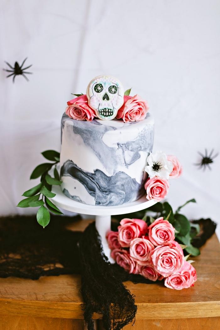 décorer un gâteau au glaçage design marbre avec figurine crâne effrayant et roses, recette halloween dessert