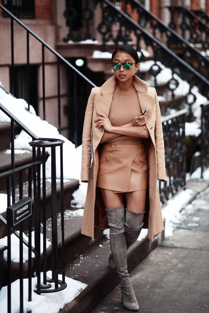 Look avec cuissarde, idée tenue avec cuissardes, cuir à la mode sans efforts beige et bottes hautes gris