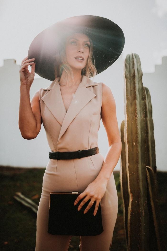 look stylé en combinaison femme chic de couleur beige avec ceinture cuir noir, idée quelle couleur combiner pour une vision chic invitée