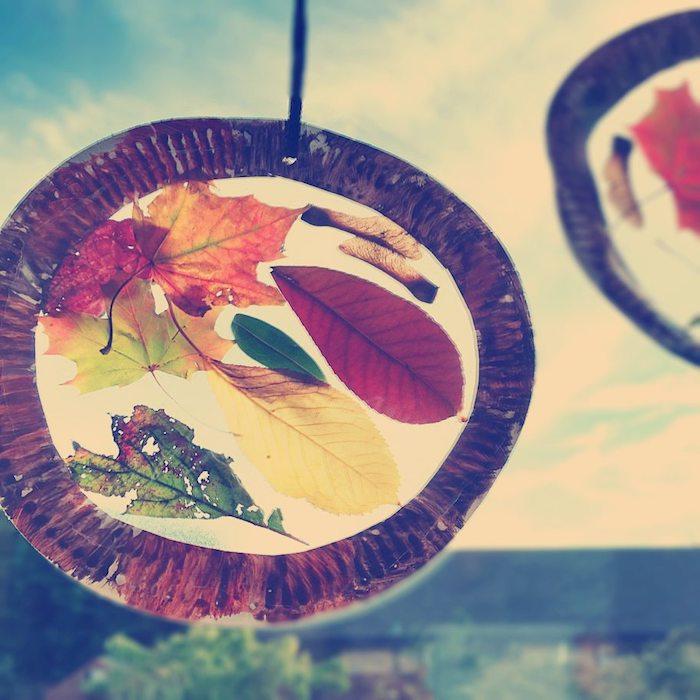 comment faire un capteur de soleil bricolage pour l automne en cerceau d assiette en papier et feuilles mortes