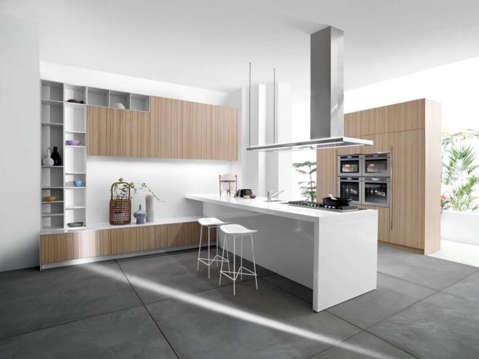 déco de cuisine en blanc et bois avec plancher en gris anthracite et finition en argent, meuble de rangement vertical en bois et blanc