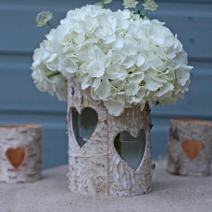 centre de table bougeoir écorce de bouleau, déco mariage champêtre à faire soi-même, bouquet d'hortensias blancs