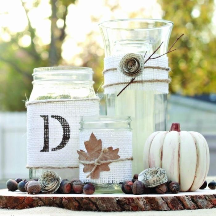 deco table mariage champetre, bocaux transformés en jolis bougeoirs enrobés de toile de jute blanche