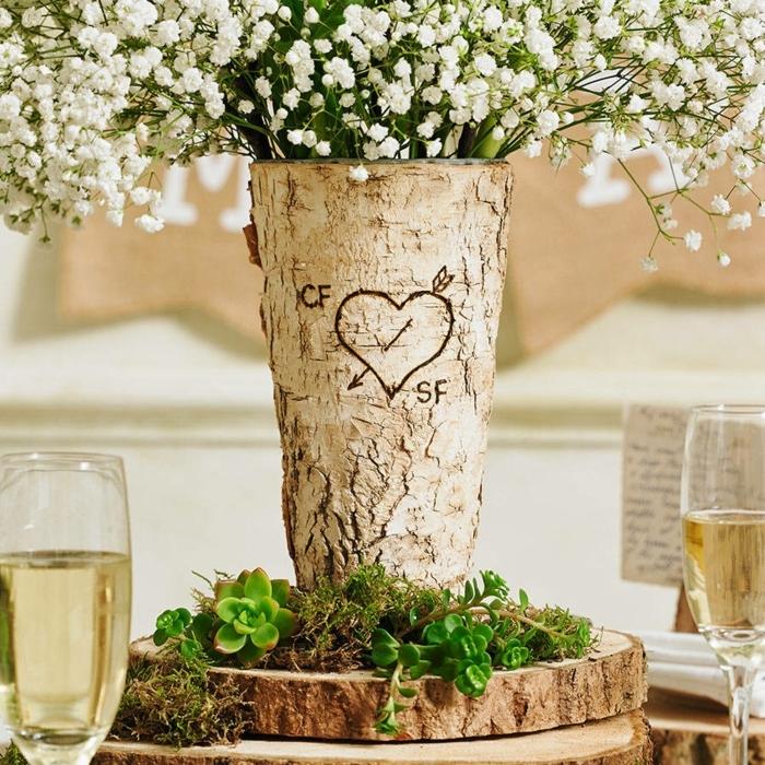 verres de champagne, rondin en bois, vase écorce de bois avec les initiales et gypsophile