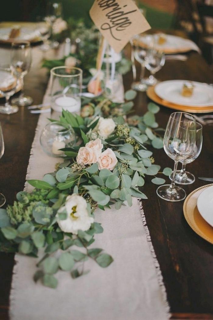 chemin de table blanc en toile de jute, verres à vin, décoration de roses, table en bois foncé