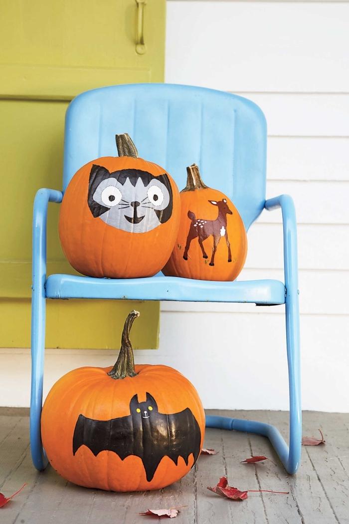 citrouilles décorées avec stickers à design animalier, idée comment décorer citrouilles pour la fête d'Halloween