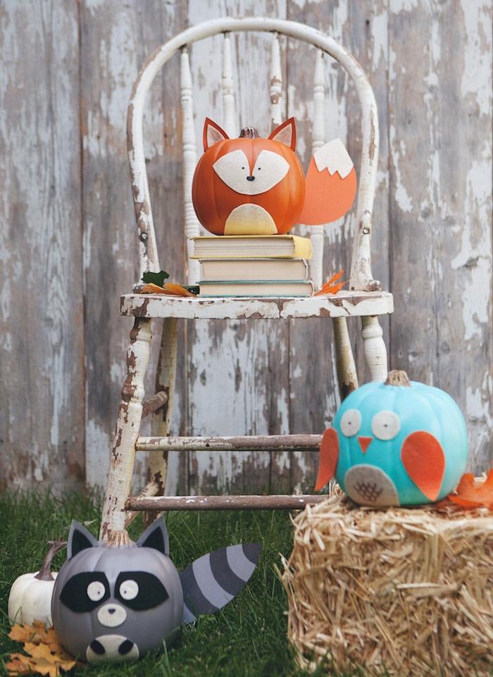 exemple de deco halloween maison simple à réaliser en citrouilles décorées motif animal, renard, hibou, raton laveur