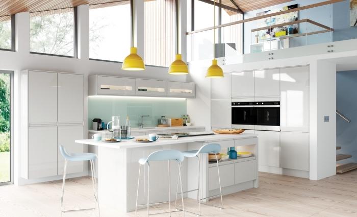 idée design intérieur accueillant et moderne dans une cuisine aménagée avec meubles sans poignées et accessoires en couleurs pastel