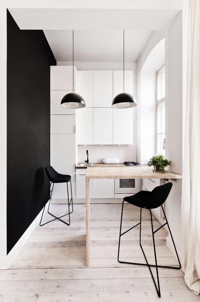 comment décorer une cuisine tendance minimaliste en blanc et bois, exemple d'ilot central petite cuisine avec chaises de bar noires