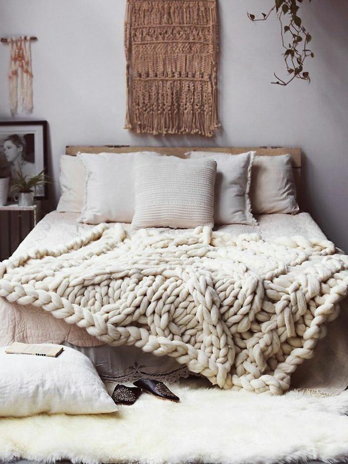 grand plaid au tricot, tenture murale, coussins blancs, peinture murale blanche, portrait encadré