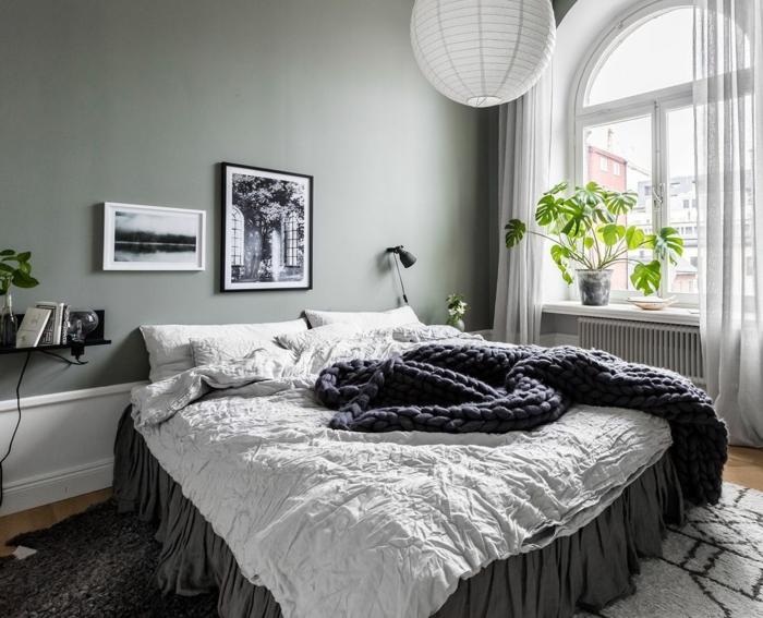 lit cocooning en gris et blanc, mur peint gris, plafonnier boule blanche, fenêtre arc, petite étagère