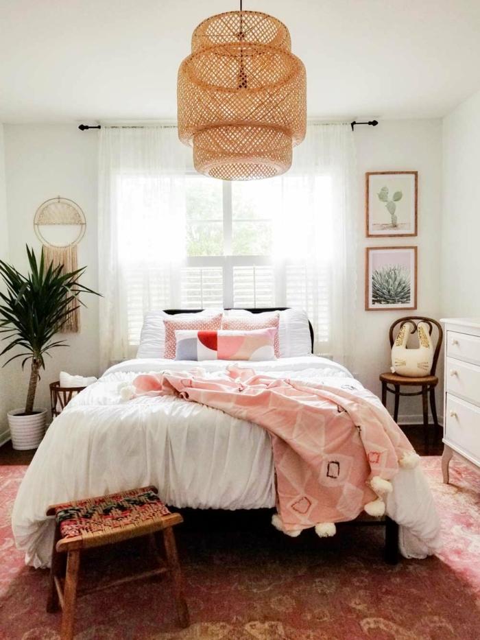 chambre à coucher en rose et blanc, plafonnier rustique, grand pot avec plante verte, chambre cosy