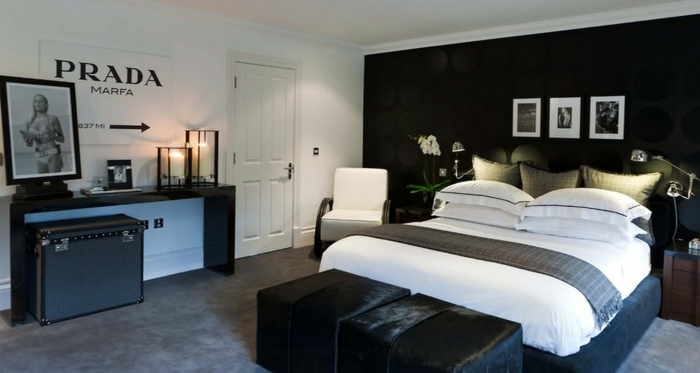 peinture pour chambre noire, un mur blanc, grande table console, deux tabourets noirs près du lit