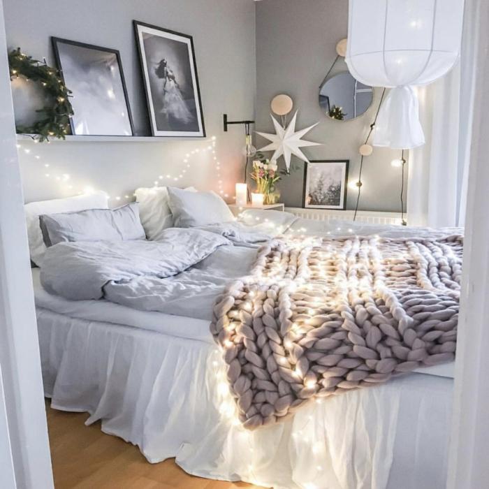 image cocooning chambre à coucher monochrome, plaid rose cendré, cadres peintures monochromes, grand plafonnier féérique