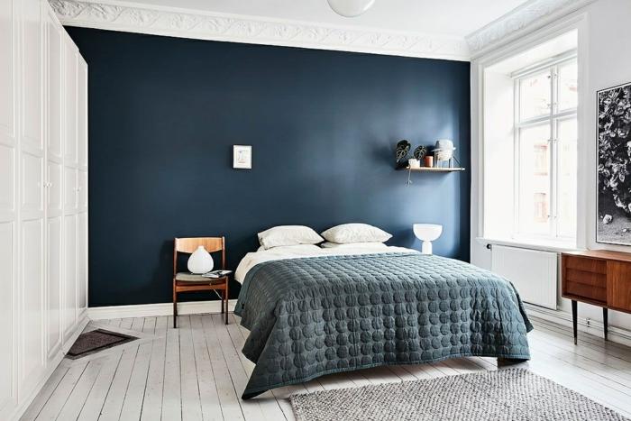 sol planches de bois, tapis gris, peinture mur bleu, petite tablette murale, équipement mid century