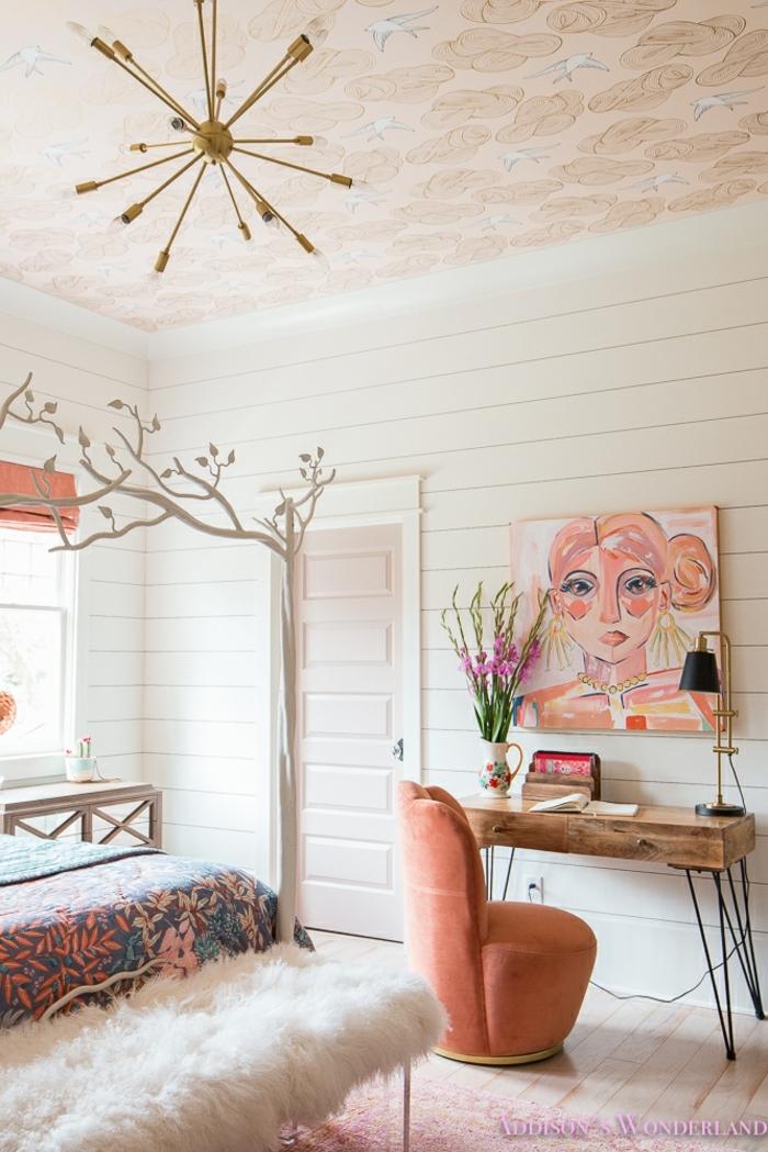 peinture murale fille en couleurs pastels, chambre cocooning ado, petit bureau industriel, luminaire doré, couverture de lit bariolée