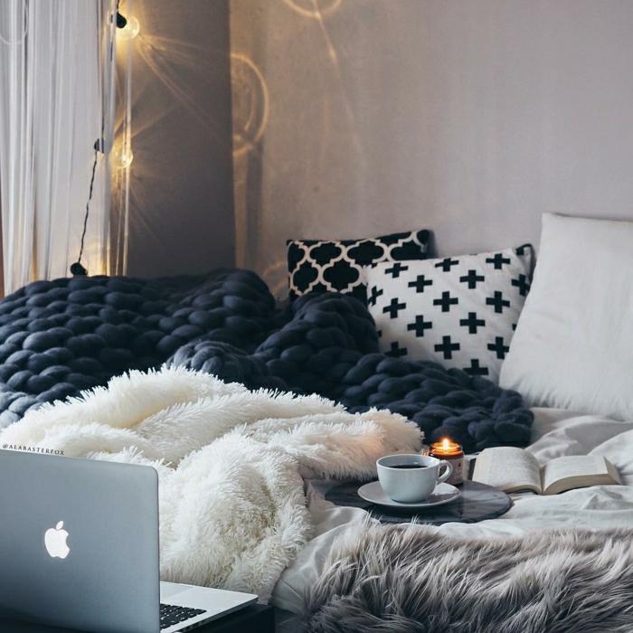 chambre cosy et lit cocooning, grand plaid tricoté, fausse fourrure blanche, taies d'oreiller géométrique