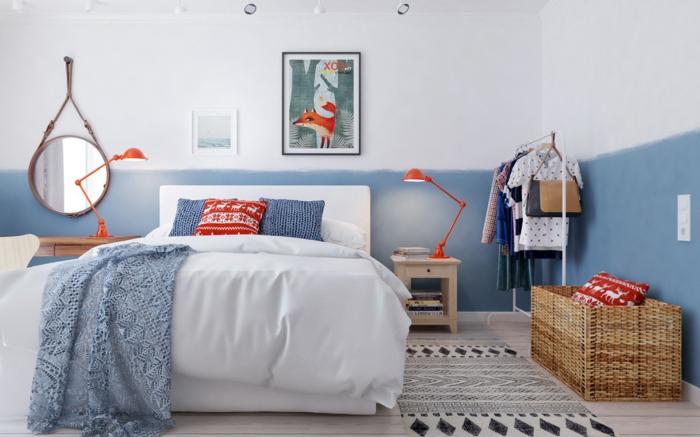 tapis ethnique, panier rustique, miroir rond accroché au mur, lampes rouges, porte-vêtements simple, tapis ethnique, grand panier rustique