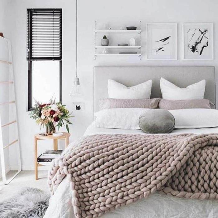 chambre cosy et belle au style scandinave, plaid tricot gris, tapis fourrure, échelle blanche, porte-cadres