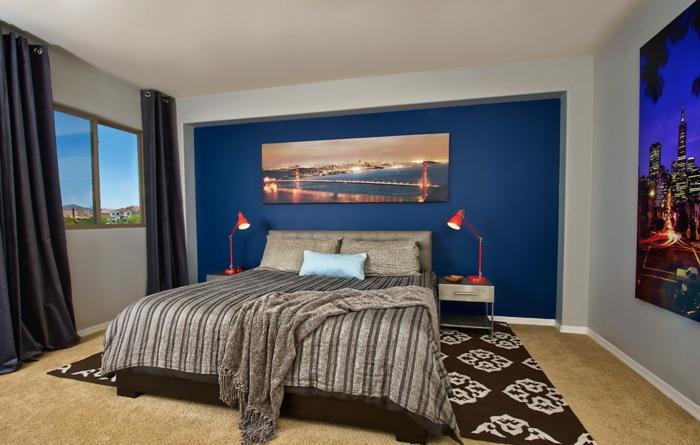 rideaux noirs, peinture mur bleue, deux lampes rouges, tapis aux motifs traditionnels