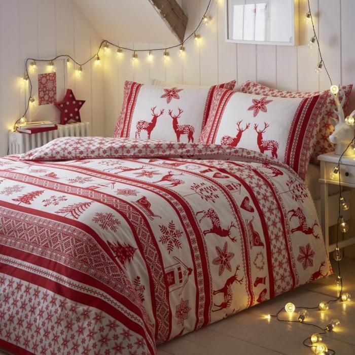 grand lit en rouge et blanc, guirlande lumineuse, lambris mural blanc, chevet en bois blanc, chambre cosy style scandinave