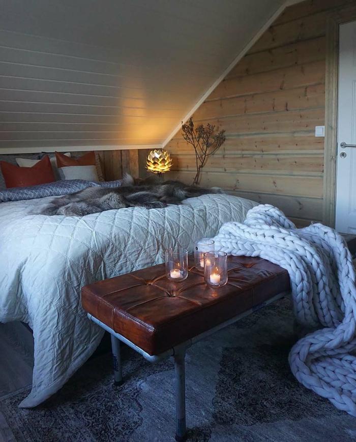 lit blanc, banquette en cuir, plaid au tricot, lampe lotus, plafond sous pente, ambiance cocooning