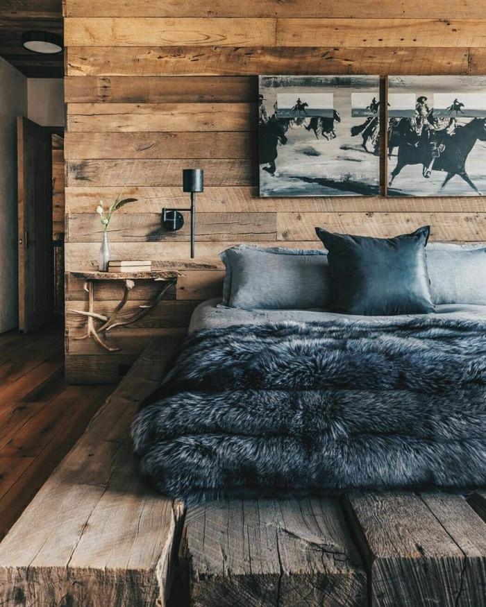 chambre en bois style chalet, fausse fourrure grise, coussins gris, tableaux peintures monochromes