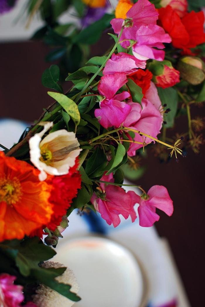 chandelier de fleurs fraîches attachées à un cerceau, joli élément décoratif pour le mariage theme champêtre