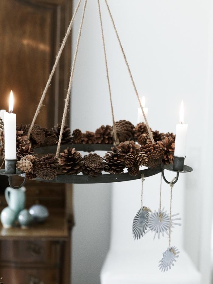 modèle de chandelier diy réalisé avec pommes de pins attachées sur un cercle en fer, idée creation avec des pommes de pin