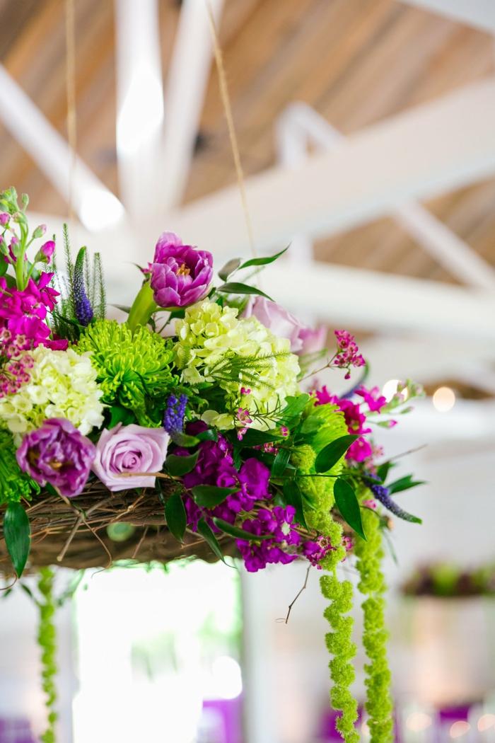 décoration mariage champêtre chic, chandelier de fleurs de campagne, diy suspension de mariage