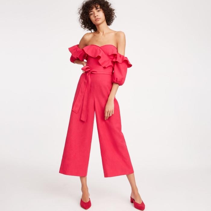 modèle de combipantalon à bustier et épaules dénuées avec jambes culottes et ceinture, combinaison rouge