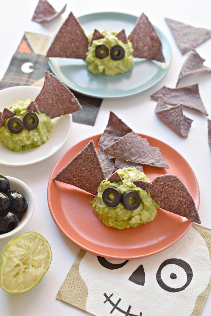 idée originale pour un apéro dînatoire sur le thème d'halloween, des chauves-souris de guacamole avec des ailes de chips tortilla