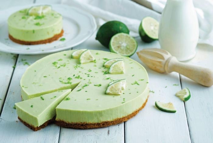 gâteau healthy sans cuisson, recette de cheesecake citron vert vegan à base d'avocat avec une croûte de biscuits écrasés