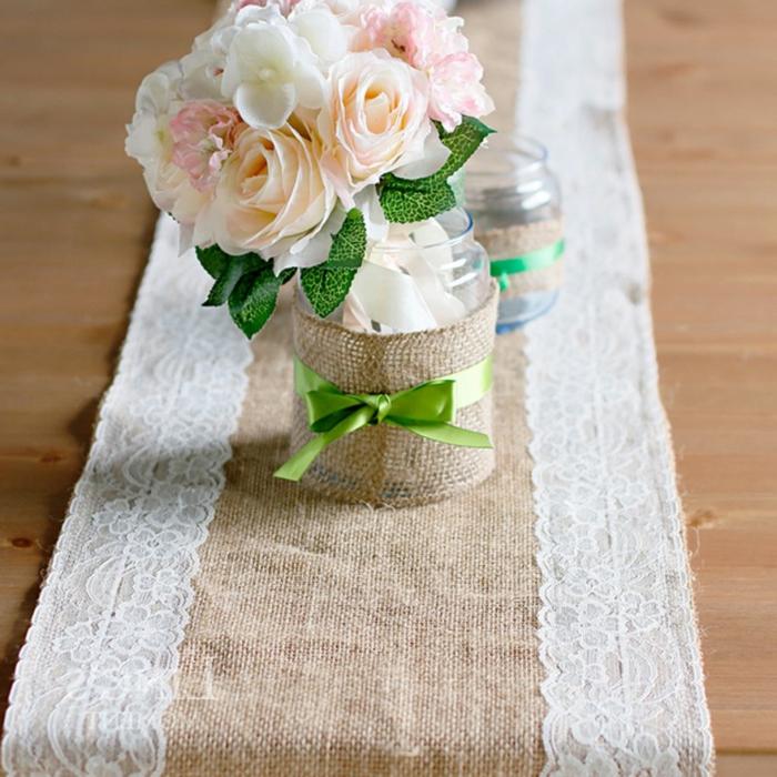 centre de table roses rustiques, deco mariage a faire soi meme, chemin de table en jute