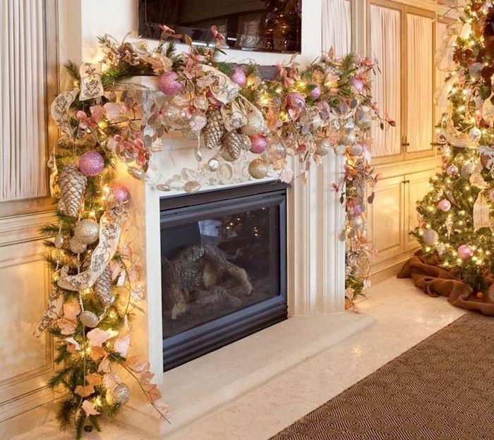 grande guirlande pour déco de cheminée noel avec boules lumieres pomme de pin et feuillages sur manteau sculpté et sapin dans grand salon