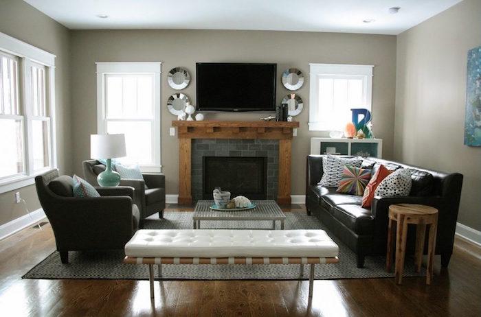 photo déco de salon sur parquet à murs gris taupe et manteau cheminée en bois et cadre carrelage gris