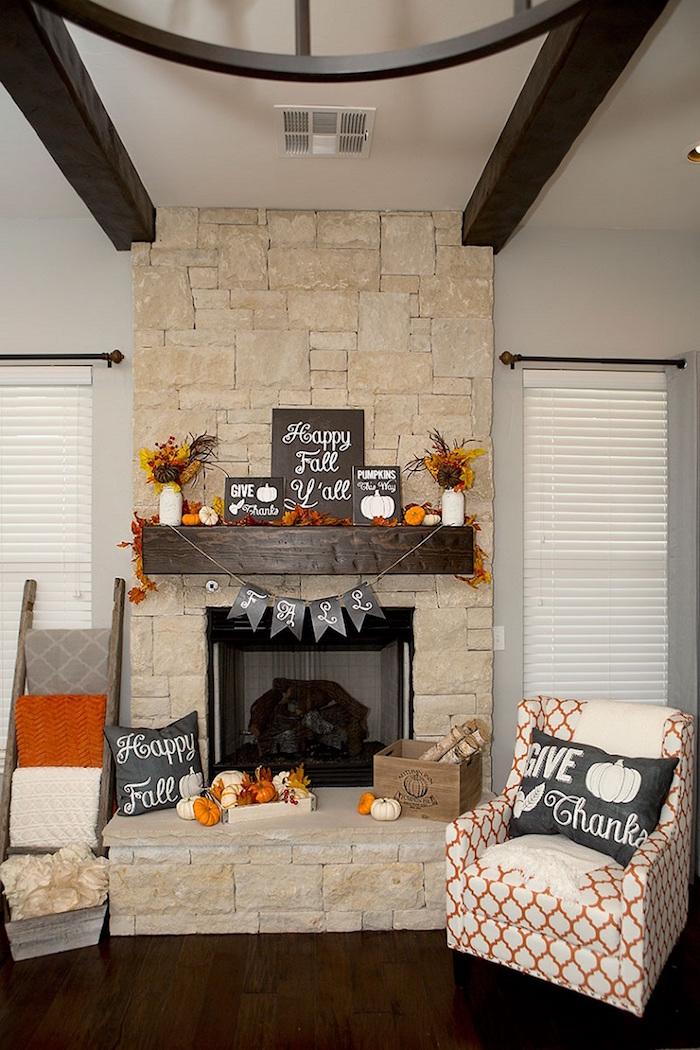 déco automnale cheminée en pierre apparente pour arrivée de l'automne avec citrouilles happy fall