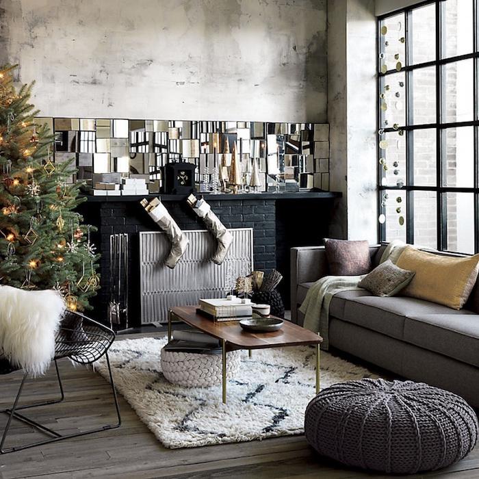 décoration de noel dans loft avec deco industrielle minimaliste et cheminée en briques noires fermée surmonté d'un grand miroir design
