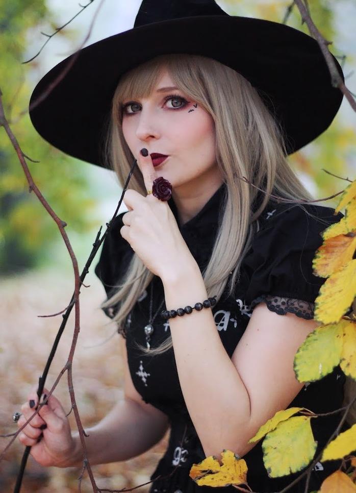 comment realiser un maquillage de sorciere facile a faire en capeline noire, fards à paupières rose, tee shirt noir à imprimé halloween